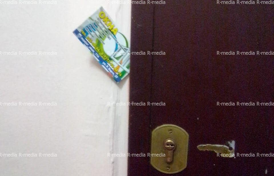 Развешивание визиток по дверям